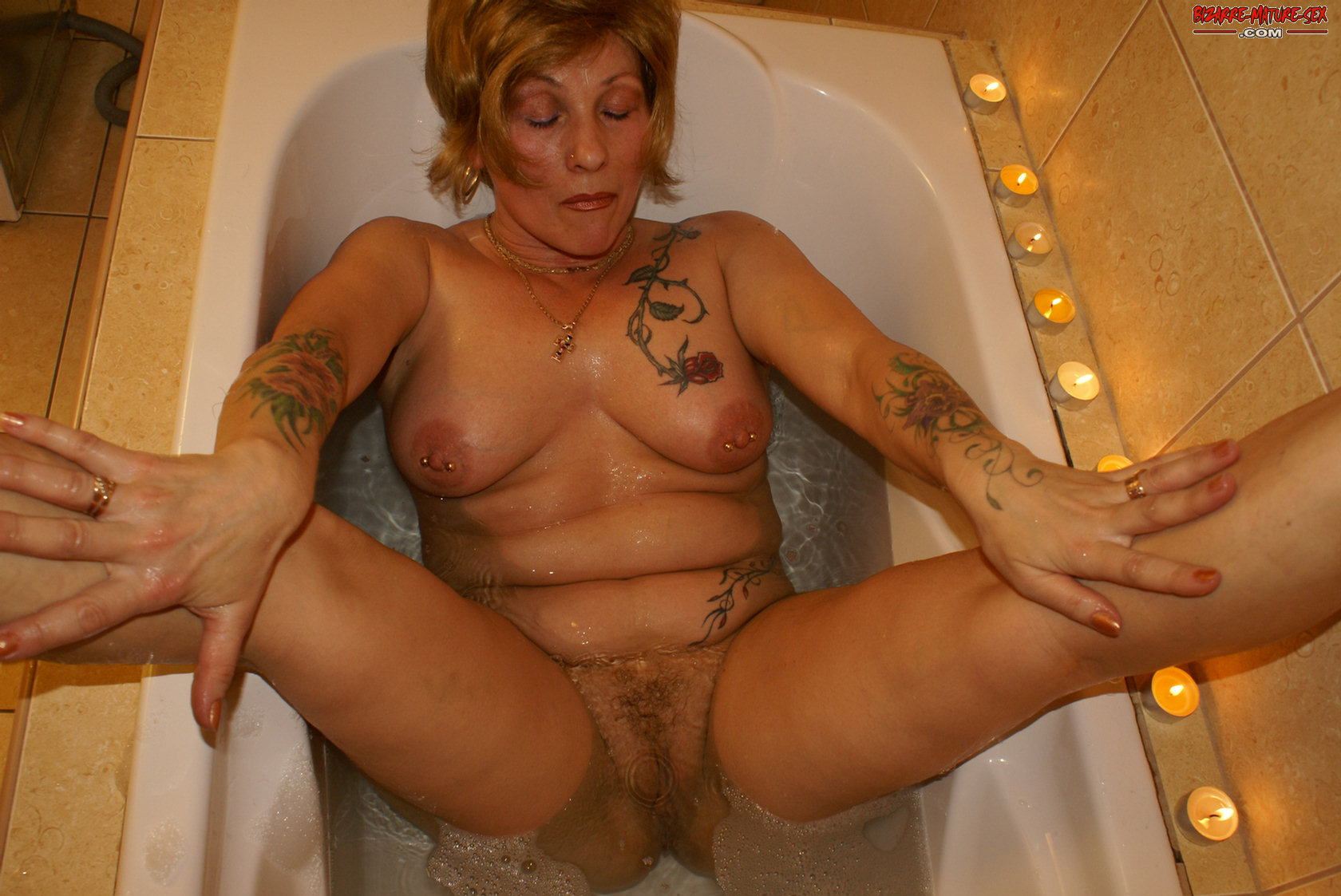 kinky mature slut in pissing action - grannypornpics