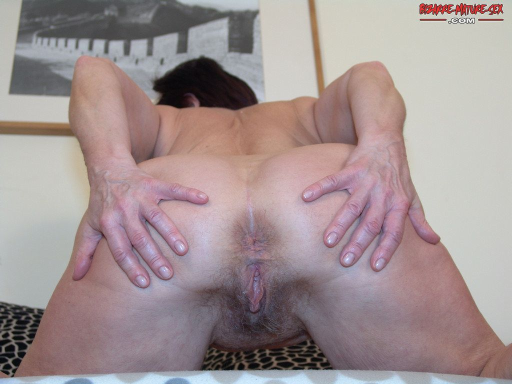 spread mature ass