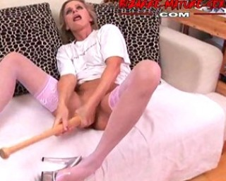 Mature slut pissing and fucking herself with a bat