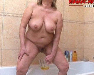 Chubby mature slut pissing and playing