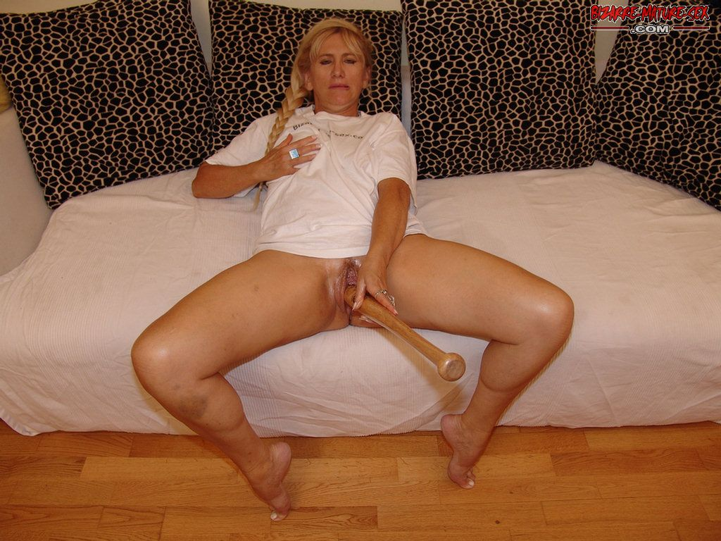 Mature slut fucking herself